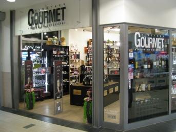 Gourmet vīna veikala telpas TC Alfā, vīnu plaukti